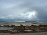 sulla costa i segni lasciati da una forte mareggiata - il mare, a seguito delle abbondanti piogge, ha cambiato colore - all'orizzonte le isole Egadi - 8 febbraio 2009   - Marausa lido (3703 clic)