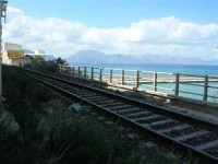 il binario che attraversa il paese e che quasi tocca le case - 5 ottobre 2008  - Balestrate (987 clic)