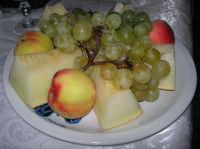 frutta: melone giallo, uva e pesche - 3 settembre 2008   - Capaci (4663 clic)