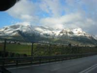 Svincolo Autostrada A29 Palermo-Mazara - monti di Castellammare innevati - 14 febbraio 2009   - Castellammare del golfo (1828 clic)