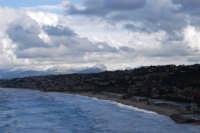 Golfo di Castellammare, spiaggia Plaja e monti innevati lato est - 13 febbraio 2009  - Castellammare del golfo (1835 clic)