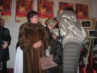 1ª Edizione Concorso Fotografico PRESEPE VIVENTE BALATA DI BAIDA - esposizione e premiazione presso il Centro Polivalente a cura dell'Associazione Culturale BALATA CLUB - La signora 3ª classificata riceve la targa premio - 1 marzo 2009   - Balata di baida (3442 clic)