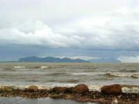 sulla costa i segni lasciati da una forte mareggiata - il mare, a seguito delle abbondanti piogge, ha cambiato colore - all'orizzonte le isole Egadi - 8 febbraio 2009   - Marausa lido (3313 clic)