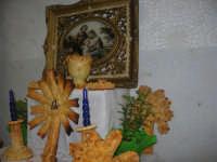 Cene di San Giuseppe - Altare di pani - esposizione di lavori artigianali effettuata dalla popolazione femminile della Casa Circondariale di Trapani - 15 marzo 2009   - Salemi (2135 clic)