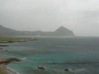 Macari - Golfo del Cofano - il forte vento di scirocco spazza il mare e solleva mulinelli d'acqua che partono dalla riva e si allontanano velocemente verso il largo - 29 marzo 2009  - San vito lo capo (1192 clic)