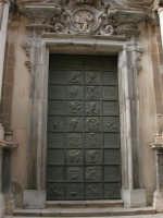 Porta di una chiesa del centro storico - 2 ottobre 2005   - Trapani (1309 clic)