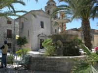 Piazza Castello - fontana ottagonale del 1500 e Chiesa S. Sebastiano - 23 aprile 2006  - Chiusa sclafani (1685 clic)