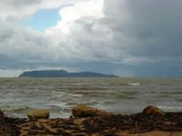 sulla costa i segni lasciati da una forte mareggiata - il mare, a seguito delle abbondanti piogge, ha cambiato colore - all'orizzonte una delle isole Egadi - 8 febbraio 2009   - Marausa lido (4464 clic)
