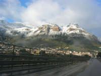 Svincolo Autostrada A29 Palermo-Mazara - monti di Castellammare innevati - 14 febbraio 2009   - Castellammare del golfo (1395 clic)