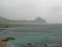 Macari - Golfo del Cofano - il forte vento di scirocco spazza il mare e solleva mulinelli d'acqua che partono dalla riva e si allontanano velocemente verso il largo - 29 marzo 2009  - San vito lo capo (1310 clic)