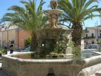 Piazza Castello - fontana ottagonale del 1500 - 23 aprile 2006  - Chiusa sclafani (1304 clic)