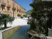 Piazza Castello - fontana ottagonale del 1500 - 23 aprile 2006  - Chiusa sclafani (1139 clic)