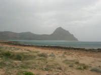 Macari - Golfo del Cofano - il forte vento di scirocco spazza il mare e solleva mulinelli d'acqua che partono dalla riva e si allontanano velocemente verso il largo - 29 marzo 2009  - San vito lo capo (964 clic)