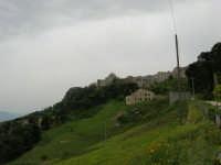 dal Quartiere Spagnolo uno scorcio del paese e la cupola della Chiesa S. Giovanni - 25 aprile 2006  - Erice (1357 clic)