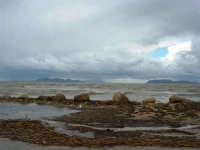 sulla costa i segni lasciati da una forte mareggiata - il mare, a seguito delle abbondanti piogge, ha cambiato colore - all'orizzonte le isole Egadi - 8 febbraio 2009   - Marausa lido (3670 clic)