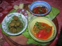 antipasto rustico assortito: olive condite, caponata, peperonata, formaggio primo sale, salame tipico siciliano - 10 maggio 2009  - Buseto palizzolo (6077 clic)