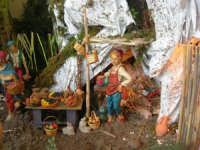 il presepe dinanzi la Chiesa di S. Maria del Gesù: particolare, il fruttivendolo - 7 dicembre 2008  - Alcamo (956 clic)
