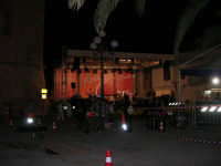 il palco in Piazza Santuario: preparativi e prove . . . aspettando il Cous Cous Fest - 21 settembre 2008   - San vito lo capo (1462 clic)