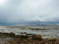 sulla costa i segni lasciati da una forte mareggiata - il mare, a seguito delle abbondanti piogge, ha cambiato colore - all'orizzonte le isole Egadi - 8 febbraio 2009  - Marausa lido (4866 clic)