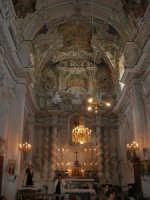 interno della Chiesa S. Sebastiano: il cappellone è contornato da quattro colonne laterali e dalle statue di S. Giovanni Battista e del Profeta Elia - 23 aprile 2006  - Chiusa sclafani (1304 clic)