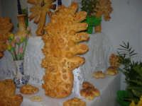 Cene di San Giuseppe - Altare di pani - esposizione di lavori artigianali effettuata dalla popolazione femminile della Casa Circondariale di Trapani - 15 marzo 2009   - Salemi (2486 clic)