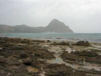 Macari - Golfo del Cofano - il forte vento di scirocco spazza il mare e solleva mulinelli d'acqua che partono dalla riva e si allontanano velocemente verso il largo - 29 marzo 2009  - San vito lo capo (1642 clic)