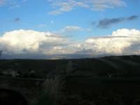 tra terra e cielo: la campagna a sera - 7 ottobre 2007   - Alcamo (848 clic)