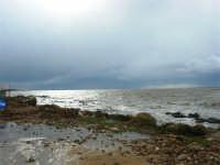 sulla costa i segni lasciati da una forte mareggiata - il mare, a seguito delle abbondanti piogge, ha cambiato colore - 8 febbraio 2009  - Marausa lido (5059 clic)