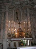 interno della Chiesa S. Sebastiano: nicchia dell'altare dove è posta la statua in legno di S. Sebastiano, d'autore ignoto, arricchita da un reliquiario incastrato nel petto e contenente del sangue ed un pezzetto di osso del Santo - 23 aprile 2006  - Chiusa sclafani (1118 clic)