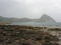 Macari - Golfo del Cofano - il forte vento di scirocco spazza il mare e solleva mulinelli d'acqua che partono dalla riva e si allontanano velocemente verso il largo - 29 marzo 2009  - San vito lo capo (974 clic)