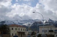 Stazione ferroviaria di Castellammare del Golfo - monti innevati - 14 febbraio 2009  - Alcamo marina (4155 clic)