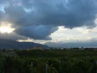 tra terra e cielo: la campagna a sera, vigneti e vista sul golfo di Castellammare - 7 ottobre 2007   - Alcamo (551 clic)