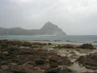 Macari - Golfo del Cofano - il forte vento di scirocco spazza il mare e solleva mulinelli d'acqua che partono dalla riva e si allontanano velocemente verso il largo - 29 marzo 2009  - San vito lo capo (1010 clic)