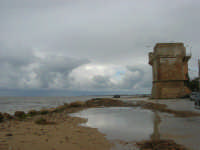 Torre di avvistamento - sulla costa i segni lasciati da una forte mareggiata - il mare, a seguito delle abbondanti piogge, ha cambiato colore - 8 febbraio 2009  - Marausa lido (5820 clic)