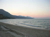 Spiaggia Plaja dopo il tramonto - 24 giugno 2008  - Castellammare del golfo (461 clic)