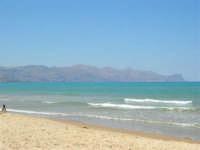 Sabbia, mare e monti - 16 luglio 2005  - Alcamo marina (4321 clic)