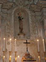 interno della Chiesa S. Sebastiano: nicchia dell'altare dove è posta la statua in legno di S. Sebastiano, d'autore ignoto, arricchita da un reliquiario incastrato nel petto e contenente del sangue ed un pezzetto di osso del Santo - 23 aprile 2006  - Chiusa sclafani (2051 clic)