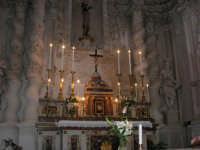 interno della Chiesa S. Sebastiano: nicchia dell'altare dove è posta la statua in legno di S. Sebastiano, d'autore ignoto, arricchita da un reliquiario incastrato nel petto e contenente del sangue ed un pezzetto di osso del Santo - 23 aprile 2006  - Chiusa sclafani (1110 clic)
