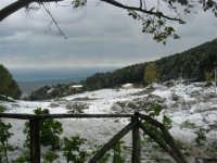 neve sul monte Bonifato - Riserva Naturale Orientata Bosco d'Alcamo - vista sul golfo di Castellammare  - 15 febbraio 2009   - Alcamo (3314 clic)