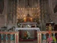 interno della Chiesa S. Sebastiano: il cappellone contornato da quattro colonne laterali e dalle statue di S. Giovanni Battista e del Profeta Elia - l'altare - 23 aprile 2006  - Chiusa sclafani (1404 clic)