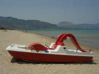 Pedalò sulla spiaggia, il mare, i monti di Castellammare del Golfo - 18 luglio 2005  - Alcamo marina (7178 clic)