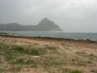 Macari - Golfo del Cofano - il forte vento di scirocco spazza il mare e solleva mulinelli d'acqua che partono dalla riva e si allontanano velocemente verso il largo - 29 marzo 2009  - San vito lo capo (910 clic)