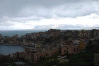la città ed all'orizzonte i monti innevati del palermitano - 13 febbraio 2009   - Castellammare del golfo (1895 clic)