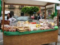 Mercato in Piazza della Repubblica - dal produttore al consumatore - la bancarella del torrone e delle nocciole - 18 maggio 2008  - Alcamo (3115 clic)