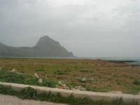 Macari - Golfo del Cofano - il forte vento di scirocco spazza il mare e solleva mulinelli d'acqua che partono dalla riva e si allontanano velocemente verso il largo - 29 marzo 2009  - San vito lo capo (1168 clic)