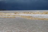 spiaggia Plaja - a seguito delle abbondati piogge, il mare ha cambiato colore - 14 febbraio 2009  - Castellammare del golfo (1700 clic)