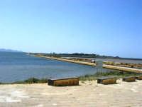 Riserva delle Isole dello Stagnone di Marsala - Imbarcadero per l'Isola di Mozia; all'orizzonte le Isole Egadi - 25 maggio 2008  - Marsala (893 clic)