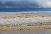 spiaggia Plaja - a seguito delle abbondati piogge, il mare ha cambiato colore - 14 febbraio 2009  - Castellammare del golfo (1226 clic)