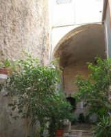 un arco di mulino demolito, che veniva chiamato con vocabolo arabo la cuba, dove, il 21 giugno 1547, è stata ritrovata l'immagine della Madonna - Santuario della Madonna dei Miracoli - 6 settembre 2008   - Alcamo (695 clic)