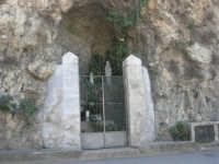 in una grotta, sulla strada, la statua della Madonna di Lourdes - 5 ottobre 2007   - Montelepre (3366 clic)